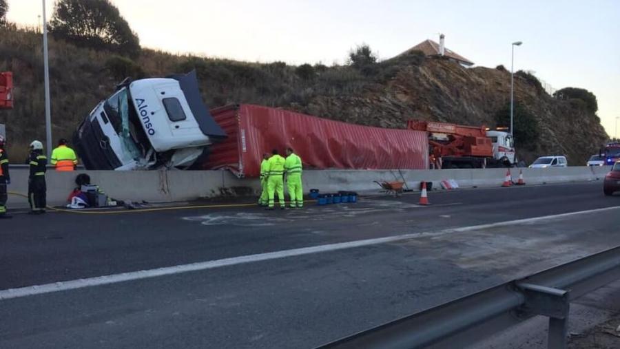 Mijas Mijas Un nuevo vuelco de un camión La Cala pone de manifiesto la necesidad de que el Estado tome más medidas con la A-7, según pide el PP