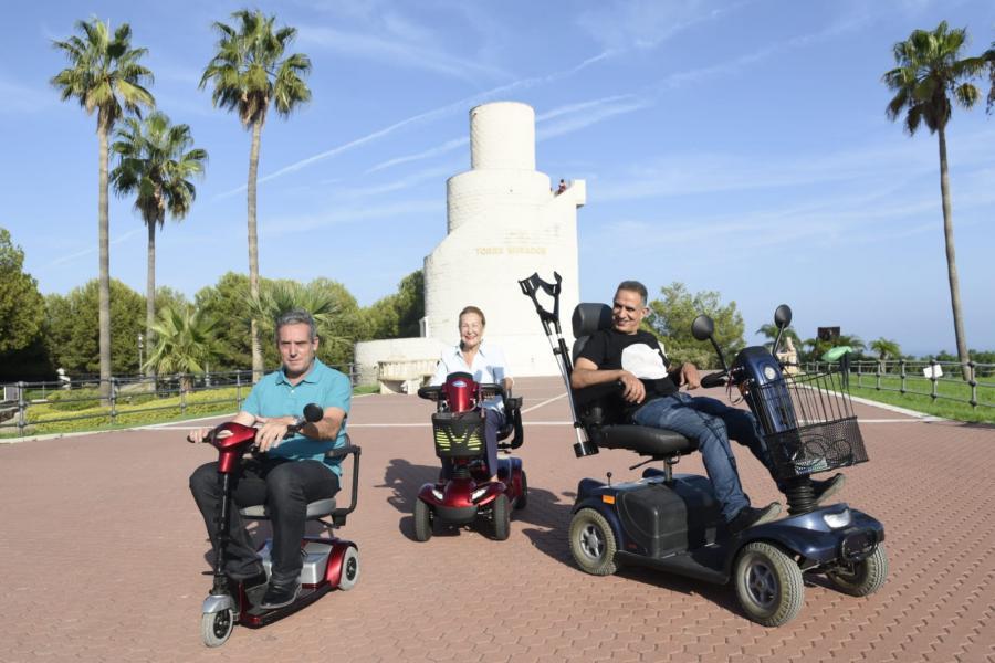 Torremolinos Torremolinos El concejal de movilidad, Antonio Ruiz, visita en silla de ruedas el Parque de la Batería