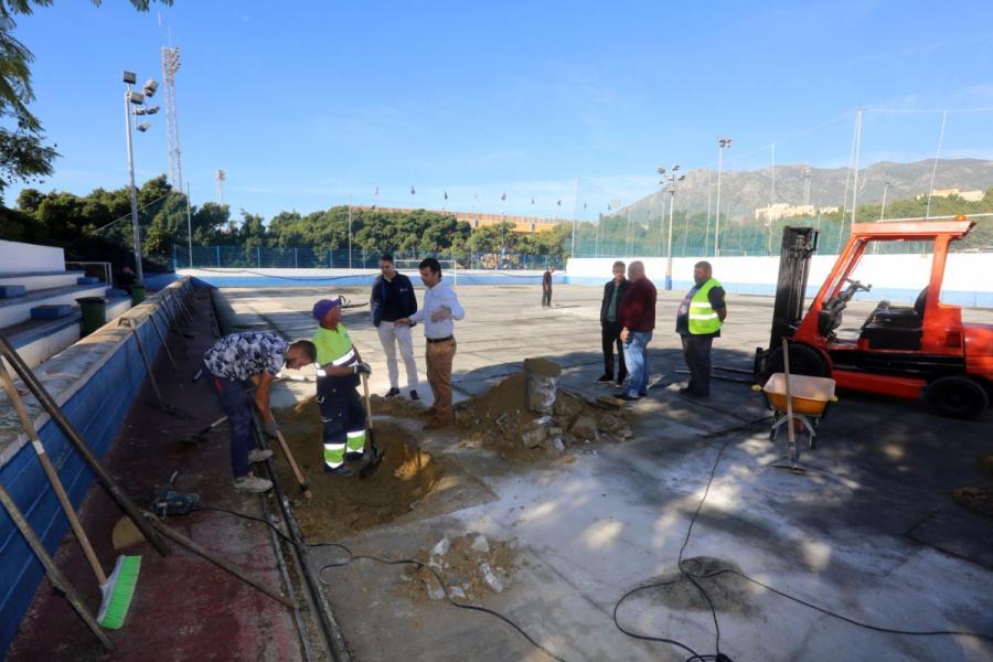 Marbella Marbella El Ayuntamiento sustituye el césped artificial de los campos de fútbol 5 y 7 del Complejo Deportivo Antonio Serrano Lima