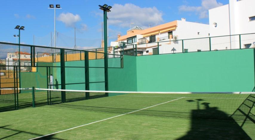 Estepona Estepona El Ayuntamiento de Estepona ejecuta una reforma integral de las pistas de pádel y tenis de Cancelada
