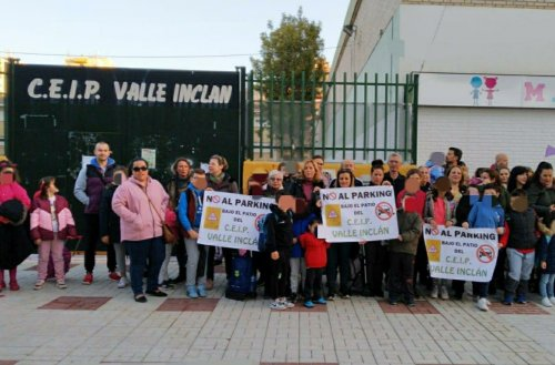 Malaga Malaga Padres y madres se concentran para rechazar las obras de un aparcamiento soterrado en el colegio Valle-Inclán de Málaga