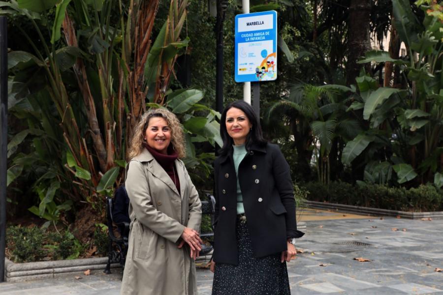 Marbella Marbella El Ayuntamiento instala en el Paseo de la Alameda una placa que acredita a Marbella como 'Ciudad Amiga de la Infancia'