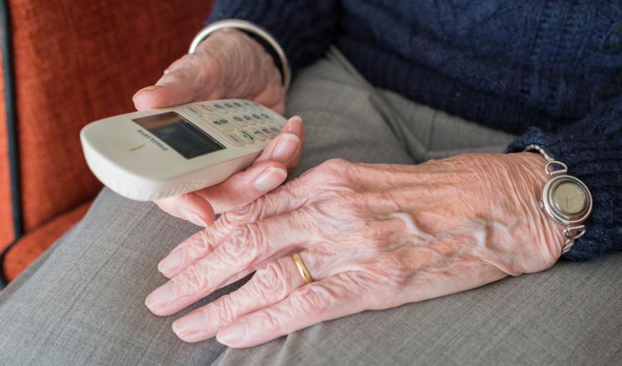 Actualidad Actualidad Igualdad instalará dispositivos de teleasistencia a más de 3.200 personas mayores que viven solas