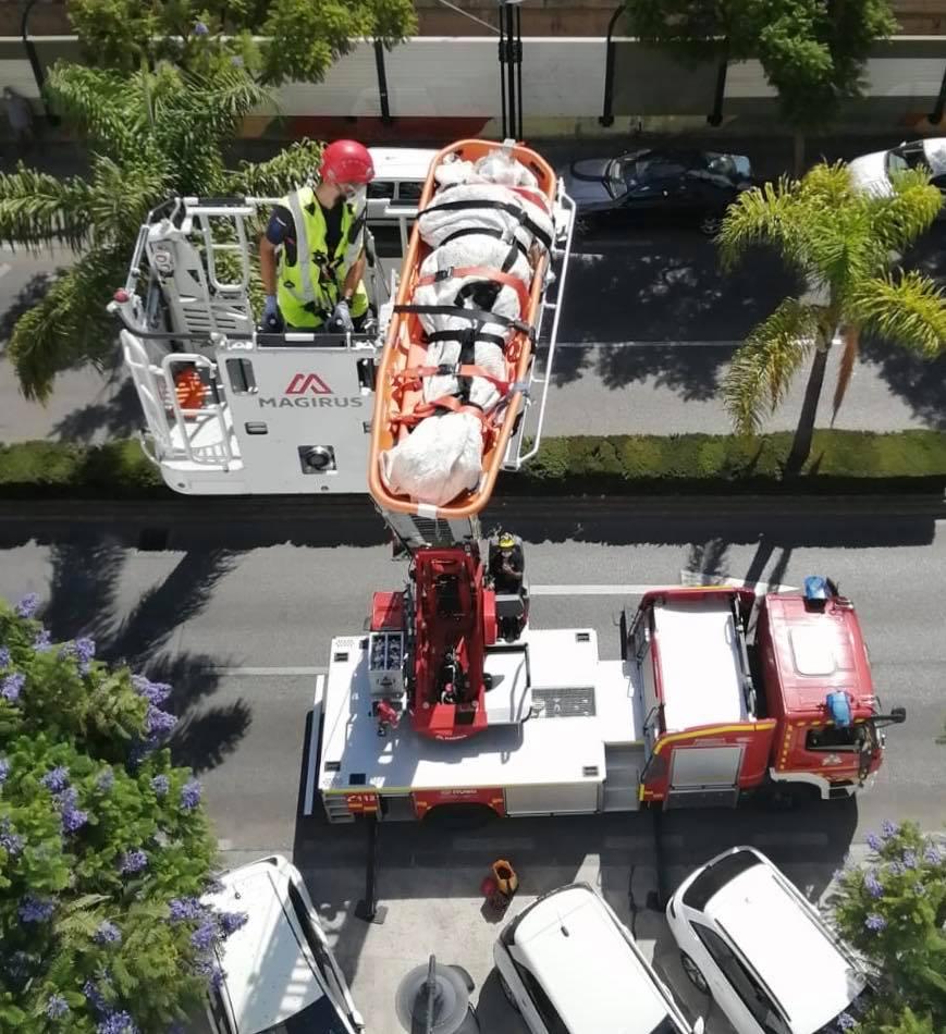Fuengirola Fuengirola Bomberos Fuengirola evacúa a una mujer de 78 años de su vivienda tras sufrir una fractura de cadera por una caída