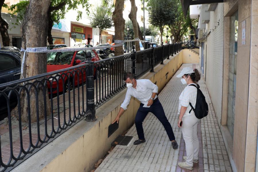 Marbella Marbella El Ayuntamiento de Marbella mejora el entorno de la calle Ramiro Campos Turmo con la renovación completa de un muro en mal estado y la sustitución del pavimento