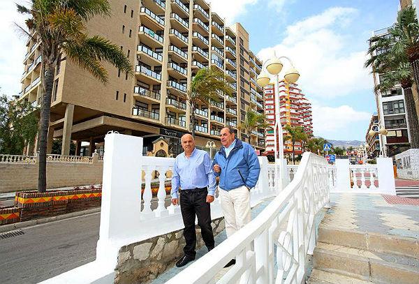 Benalmadena Benalmadena Salvador Rodríguez supervisa los trabajos de restauración de la balaustrada situada en la esquina del Hotel Alay