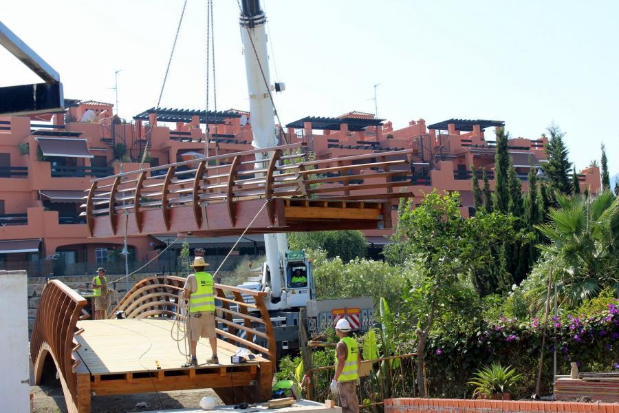 Estepona Estepona El Ayuntamiento de Estepona amplía el corredor litoral con la instalación de un puente en el entorno de la playa del Ángel