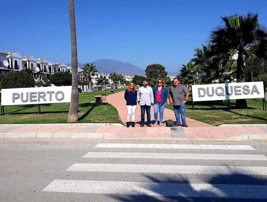 Actualidad Actualidad Ecovidrio dona un cartel anunciador del Puerto de la Duquesa hecho de material reciclado para premiar a Manilva por batir record en la recogida de estos residuos