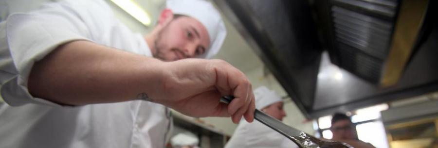 Actualidad Actualidad Abierto el plazo para solicitar 4 becas para camarero de sala y 3 para cocinero para alumnos de Casares en la Escuela de Hostelería de Estepona