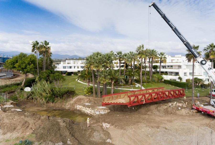 Estepona Estepona El Ayuntamiento de Estepona instala un puente peatonal sobre el arroyo Antón que conectará 5 kilómetros de corredor litoral