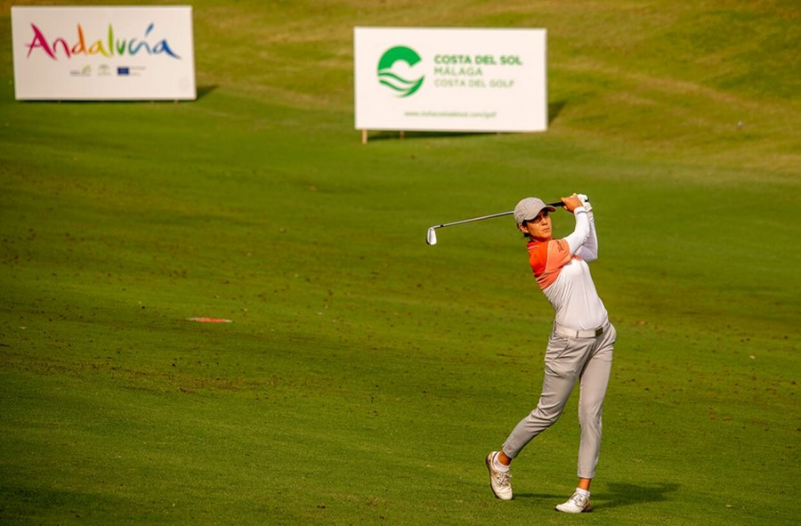 Actualidad Actualidad Azahara Muñoz lidera el espectacular maratón de golf del Andalucía Costa del Sol Open de España Femenino