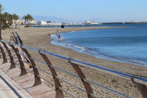 Benalmadena Benalmadena El Ayuntamiento de Benalmádena ultima la instalación de la nueva balaustrada del paseo marítimo