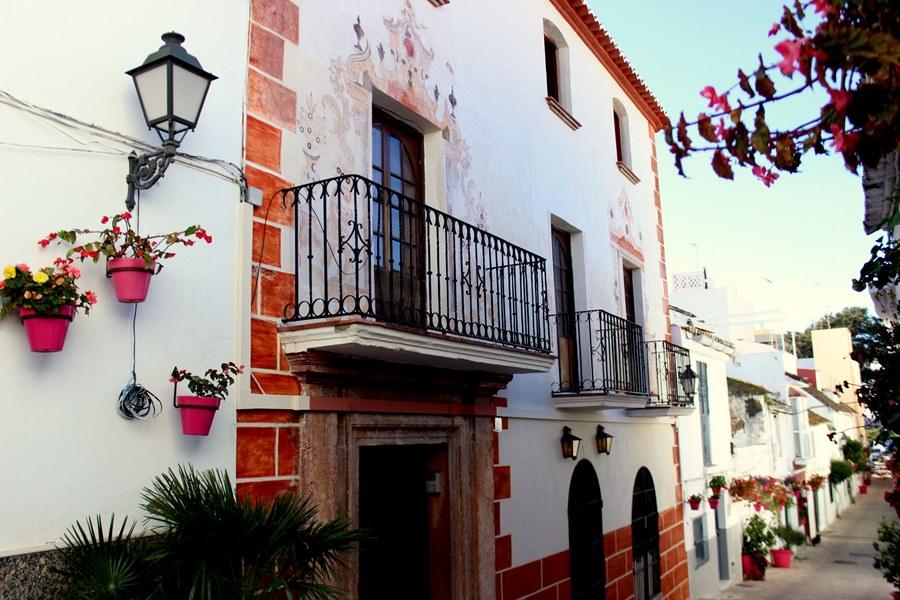 Estepona Estepona El Ayuntamiento de Estepona recupera una pintura mural del siglo XVIII en la fachada de una casa histórica del casco antiguo