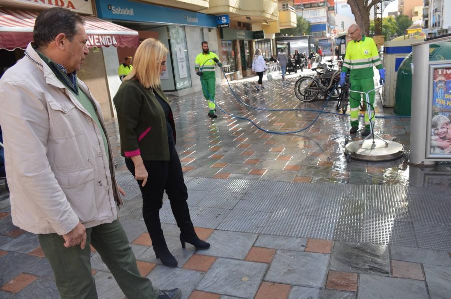 Fuengirola Fuengirola El Ayuntamiento de Fuengirola lleva a cabo trabajos para mejorar la limpieza y el ahorro energético en la iluminación