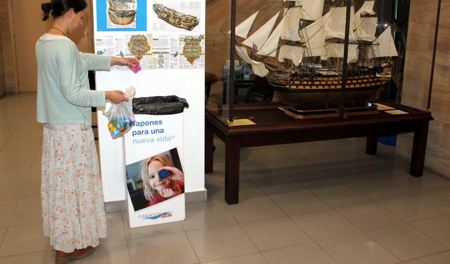 Estepona Estepona El Ayuntamiento de Estepona entrega una tonelada de tapones de plástico para una campaña solidaria que ayuda a niños con discapacidad